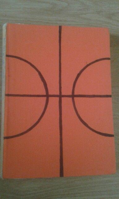 Basketbal gemaakt op de voorkant van het boek.