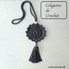 Aunque también vale para el verano, lo cierto es que los complementos de punto y crochet encajan mejor con el invierno y, por eso, vamos a aprender a elaborar estos bonitos colgantes.