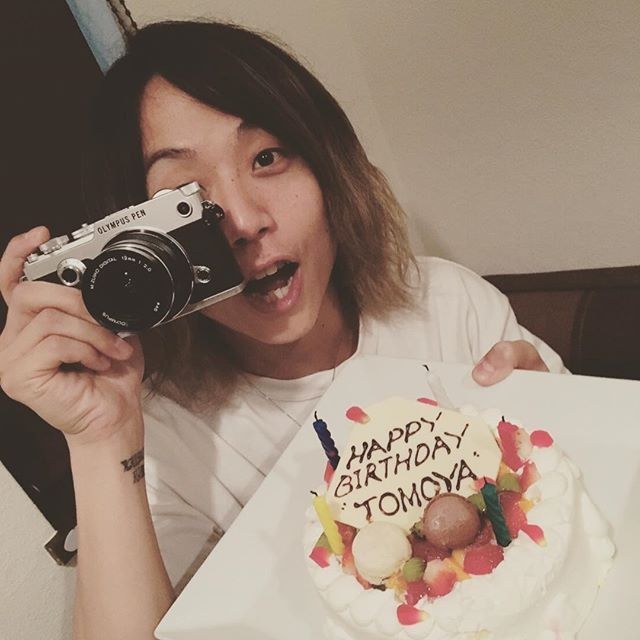 Happy birthday TOMOYA!!! 今回の誕生日は空中で過ごした誕生日だったね!それでも年はとるんだよね!笑 いつも俺の歌を後ろから支えてくれて、 ありがとう。 あなたは僕にとって世界で一番のドラマーです!健康にはくれぐれも気をつけて、これからも僕をあなたのビートで支えてくださいそして共に戦っていきましょう! おめでとう!