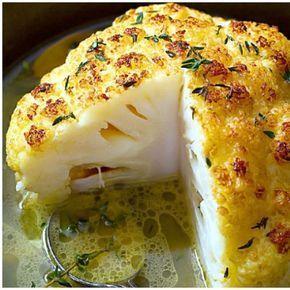 Pieczony kalafior smakuje wyśmienicie, ma chrupiącą skórkę, a w środku jest soczysty i pyszny, a jeśli dodasz do niego sos czosnkowy, w prosty sposób wyczarujesz niebiańskie danie...