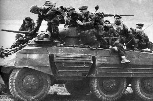 1 REP-Paras juchés sur une auto-mitrailleuse pendant la bataille des frontières en 1958