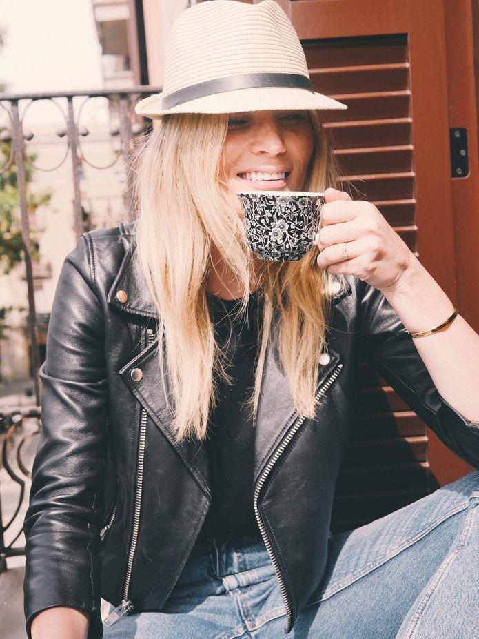 SOAKING UP SUNSHINE ON A BALCONY IN BARCELONA Det føles som flere uker siden, men det er faktisk bare 3 dager siden jeg satt på en liten balkong i Barcelona og plukket opp noen flere fregner i solen. Elsker å sitte ut med en kopp te og titte på livet som suser forbi. Jeg hadde