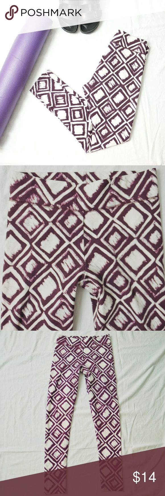 """Aerie White & Plum Abstract Yoga Leggings Pants Size small. White and purple square Abstract pattern. 92% cotton 8% elastane. Inseam: 28"""" waist across: 13"""". EUC comes from a pet free and smoke free home. Happy poshing! aerie Pants Leggings"""
