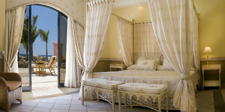 le Grand Hôtel El Mirador, un hôtel boutique de 120 Suites, appartenant à la catégorie exclusive Grand Collection d'IBEROSTAR ; il se trouve dans une enclave privilégiée de la Costa Adeje, face à la Playa del Duque, mondialement connue.