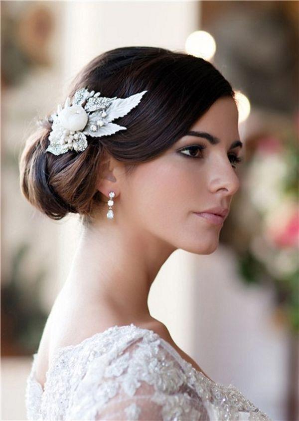 Chignon anni 20 per una sposa senza tempo. Scopri come realizzarlo: http://www.lemienozze.it/operatori-matrimonio/trucco_e_acconciatura/. Credo che l'acconciatura sia bella ma il trucco è veramente strabiliante!