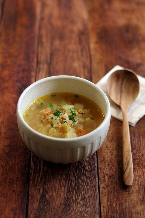 チャーハンやパスタ、カレー、お好み焼き。あとは野菜でサラダを作れば、もう十分かなーと思ったりもしますが、寒くなってくると温かい汁物をつけたくなりますよね。ちょっとこってりしたメインの時はさっぱりスープだったり、チャーハンにはやっぱりゴマ油の風味漂う鶏がらスープだったり・・・。メインに合わせてすぐ作れちゃうスープレシピをいろいろ集めてみました。おかずが冷めないうちにパパっと簡単に作りましょう♪