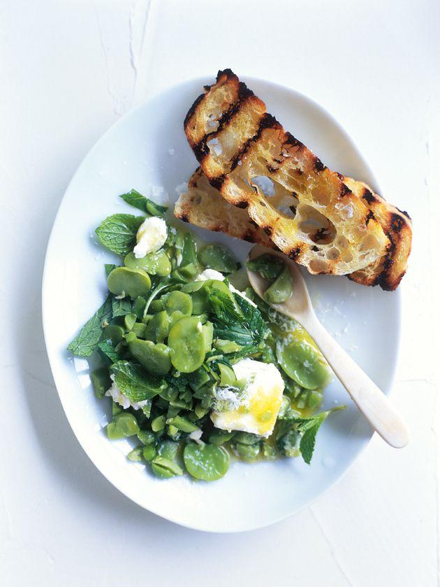 Op de BBQ gegrild brood met een dip van tuinboontjes, feta en munt: Als er iemand de kunst van lekker en licht zomers koken beheerst is het de Australische Opper-foodstyliste Donna Hay wel!