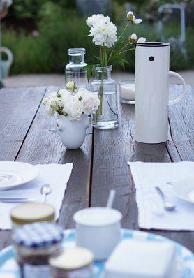 Einrichten im Grünen: Die schönsten Ideen für deinen #Garten auf SoLebIch: www.solebich.de/garten  #garten #terrasse #innenhof #gartenmöbel #pflanzen #gartendeko #green #spring #newdawn #tischdeko #breakfast