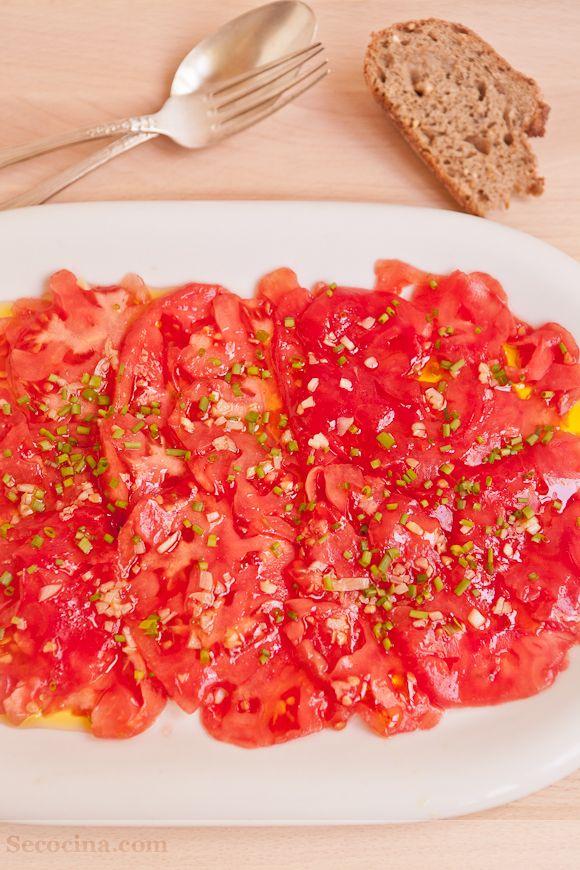 Los ajos medio fritos y el aroma de la trufa sintonizan de maravilla con el tomate. Sabor umami a lo bestia y también analogía gustativa con el carpaccio verdadero y carnívoro.