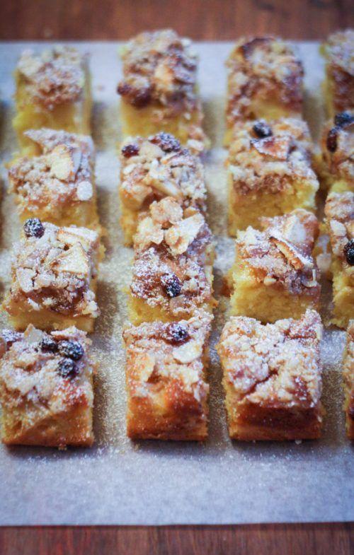 La crumb cake alle mele, mandorle e uvetta è una dolce buonissimo e scenografico, perfetto per la merenda. Provatela anche con fragole o albicocche.