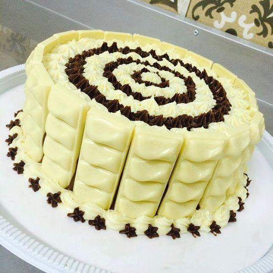 Bolo Molhadinho de Coco e Chocolate Branco - http://www.receitasbrasileiraseportuguesas.com/bolo-molhadinho-de-coco-e-chocolate-branco/