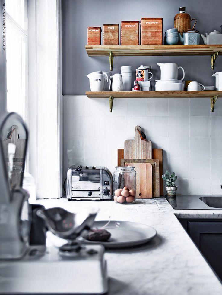 Ett kök ska gärna ha gott om arbetsyta, plats för mycket förvaring, vara lättstädat och snyggt. Men framför allt ska det vara en plats att umgås och trivas på! Här är ett av våra favoritkök ur nya boken HITTA! DEL 2.