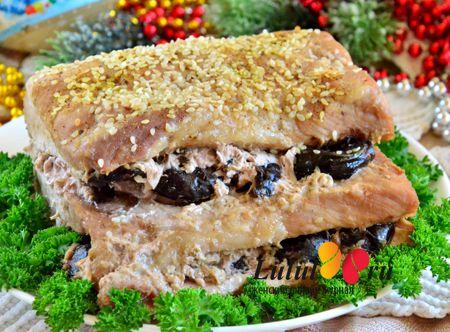 Свиная отбивная в соевом соусе с черносливом в духовке