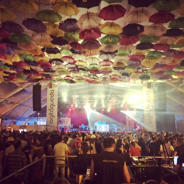 WOW @agitagueda ao rubro!!!! ✌️ #agitagueda #agitagueda2014 #agueda #jasofaltastu #music #concerts #umbrellas #streetart #umbrellaskyproject #agueda #cmagueda #media #arteurbana #chapéus #céu #música #arteurbana