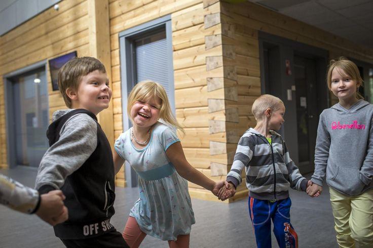 Maailman suurin hirsikoulu avasi ovensa Pudasjärvellä – hirrestä toivotaan ratkaisua rakennusten homeongelmiin 11.8.2016 HS
