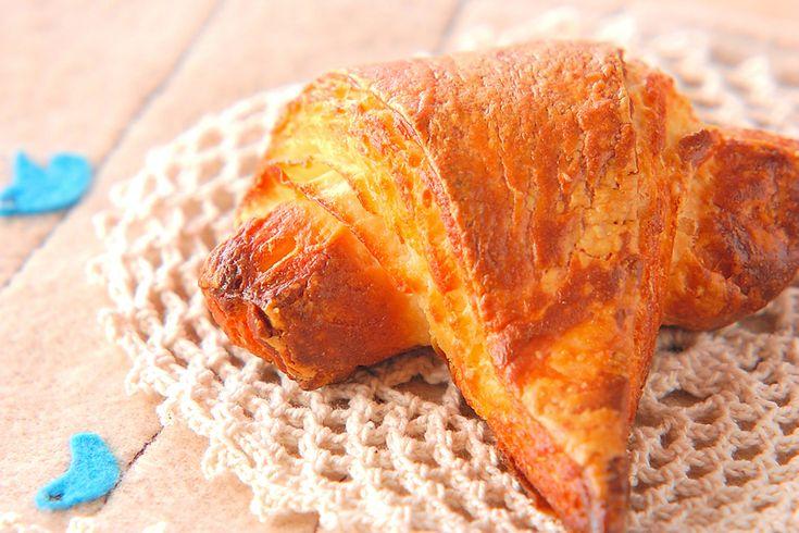 焼きたてをカフェオレと一緒にどうぞ。バターたっぷりサクサクの食感が素敵です。クロワッサン[ブレッド/デニッシュ・クロワッサン]2005.02.01公開のレシピです。