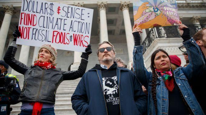 Joaquin Phoenix Martin Sheen Among Those Arrested As Jane Fonda Leads Final D C Climate Protest Joaquin Phoenix Joaquin Jane Fonda
