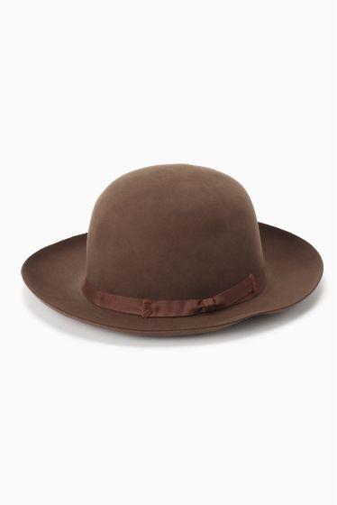 Tesi ビーバーラウンドクラウンHAT  Tesi ビーバーラウンドクラウンHAT 42120 きれいなラウンドのフォルムでコーディネートを品よく仕上げてくれるハットです 老舗ブランドならではの上質なアイテムはギフトにもおすすめ Tesi(テシ) イタリアの帽子ブランド1800年代中ごろに設立された老舗帽子メーカー 19世紀後期にヨーロッパとアメリカでの人気帽子ブランドとなる主にストローハットを製造していた20世紀に入ると新しくパナマハットも展開する 第二次世界大戦後ストローハットの需要が少なくなるがテシはフェルトハットの生産などで危機を乗り越える 現在では世界各国で展開し帽子ブランドとして確固たる地位を築いている