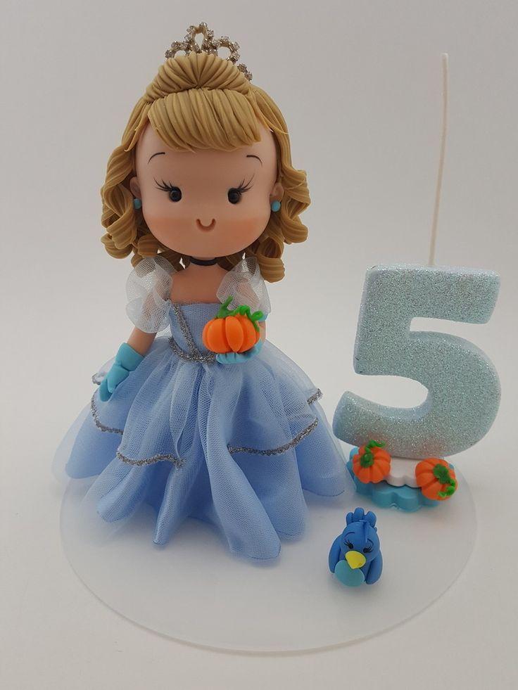 Tema: Fofinha Cinderela Bonecas personalizadas para topo de bolo, com temas de festas infantis. A boneca é estilizada* de acordo com a roupinha que a criança usará na comemoração e o tema, podendo ser inserido, opcionalmente, um mini personagem. Este é um trabalho totalmente personalizado a p...