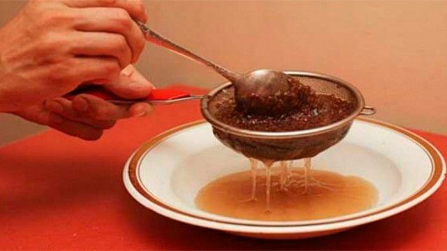 ELIXIR DE LA JUVENTUD. Ingredientes: 100 ml de aceite de linaza + 2 limones medianos + 1 diente de ajo + 1/2 kilo (1 libra) de miel. Pelar el deinte de ajo y pasar todos los ingredientes por la batidora. Poner en un bote con tapa en el frigorífico. Consumir 1 cucharada 3 veces al día 1/2 hora antes de las comidas.
