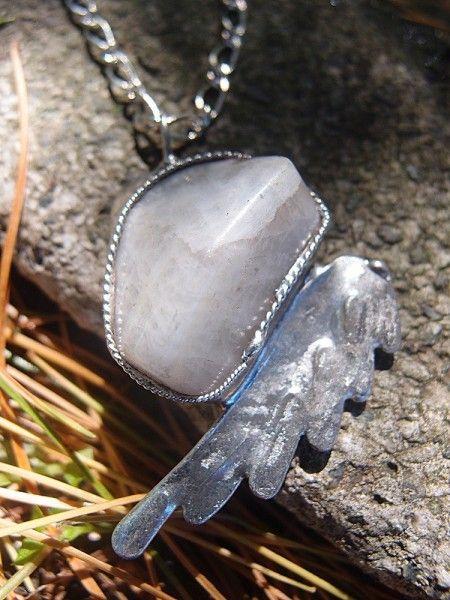 Predstavujem Vám originálne šperky z dielni Katu-Hula. Materiál: mesačný kameň (pomáha pri nadmerných emóciách, citlivosti, bolestiach chrbta, bolestivej menštruácii, neplodnosti,...