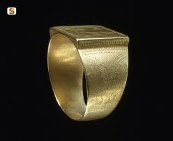 Anello d'oro con iniziali incise