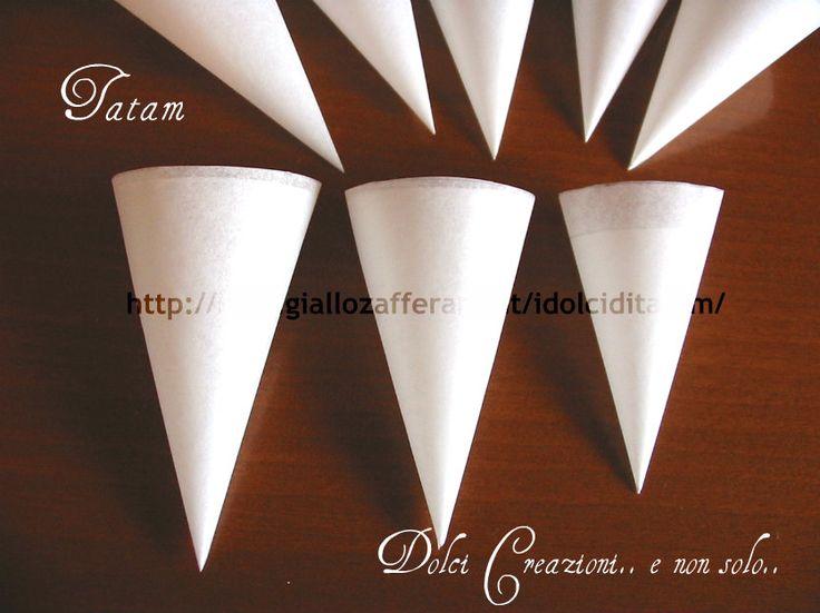 Conetti di carta da forno Vi propongo il mio tutorial per realizzare i conetti di carta da forno, essenziali per realizzare decorazioni di ghiaccia reale
