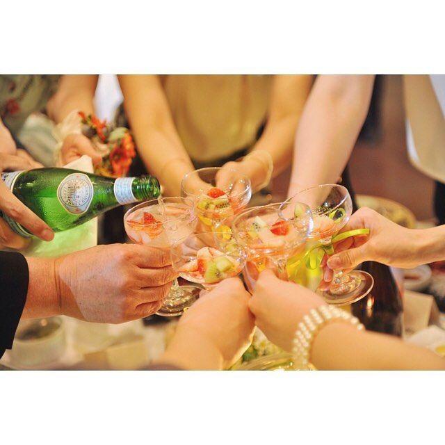 いいね!85件、コメント1件 ― ピアザ デッレ グラツィエ.新潟.三条.結婚式場さん(@grazie_wedding)のInstagramアカウント: 「ゲストのグラスに新郎新婦が仕上げに注いで🍾 #フルーツソーダ 🍹完成✨ みんなで乾杯して楽しい #テーブルラウンド 演出😋💕 . . . お問い合わせ☜ #ピアザデッレグラツィエ 😊…」