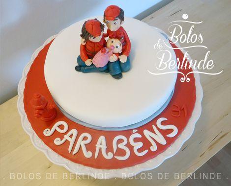 """Bolo de aniversário com o tema """"Casal de Bombeiros e Bebé"""""""
