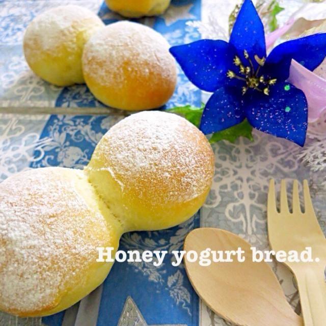 昨夜から祖母が滋賀県の親戚宅にお邪魔していて、明日車で迎えに行くので手土産を…(人●´ω`●) お家にあるものでパン作りました♡ そのままで食べるならもう少し甘くて良かったかも…? ジャムつけて食べてね!って忘れずに言わなきゃΣ(-∀-ノ)ノ - 208件のもぐもぐ - はちみつヨーグルトパン by yurie616