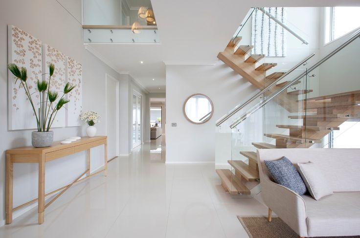 Двухмаршевая лестница с деревянными ступенями и перилами со стекла и металла