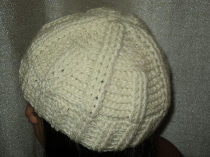 Touca de crochê confeccionada com lã. <br>feita na cor desejada.