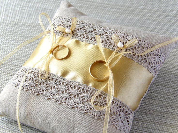 coussin d'alliances de mariage en lin et ruban vieil or : Presentoir, boîtes par mariageboheme