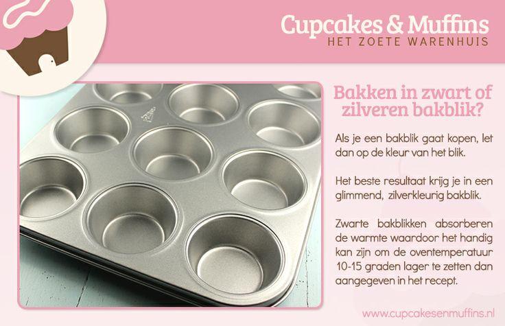 Bakken in zwart of zilveren bakblik?   Als je een bakblik gaat kopen, let dan op de kleur van het blik.  Het beste resultaat krijg je in een glimmend, zilverkleurig bakblik.  Zwarte bakblikken absorberen de warmte waardoor het handig kan zijn om de oventemperatuur 10-15 graden lager te zetten dan aangegeven in het recept.  http://www.cupcakesenmuffins.nl/webshop/product-categorie/bakvormen-bakblikken/