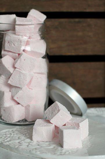 Pehmeät ja vaniljaiset vaahtokarkit ovat ihana herkku talvella, joita voi laittaa vaikkapa kuuman kaakaon pinnalle. Vaahtokarkeista v...