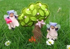 Dag 49 Lente in de lucht!   Rond de bloesemboom dansen zij, kleine elfjes o zo blij. De natuur komt weer tot leven, dat mogen we elk jaar weer beleven. Lente is een mooie tijd, waar een ieder zich in verblijdt!    Around the Blossom Tree is een patroonblad van Atelier Sweet Moonie's en wordt gemaakt van wolvilt. Wat je precies nodig hebt lees je hier http://www.bijviltenzo.nl/a-28360986/patroonbladen-tot-4-00/patroonblad-sm-around-the-blossom-three-van-atelier-sweet-moonie-s/