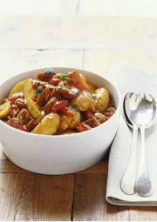Brossez les pommes de terre et faites-les cuire avec la peau dans de l'eau bouillante salée ...