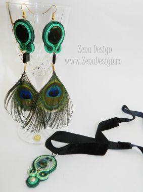 Zena Design – Unique handmade jewelry! Pret: 49 lei Materiale: ochi de pisică verde închis, mărgele de sticlă verzi, perlă de cultură crem, pene de păun naturale, margele de nisip arămii, şnur sout…