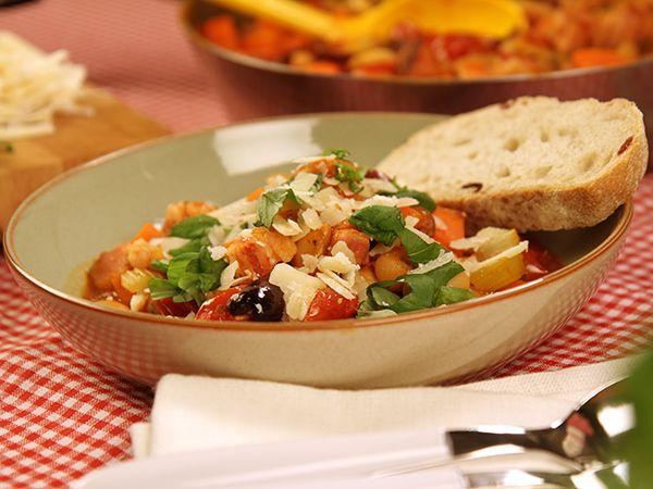 Mustig gryta med sidfläsk, vita bönor och tomater. Bäst av allt? Den sköter till stor del sig själv.