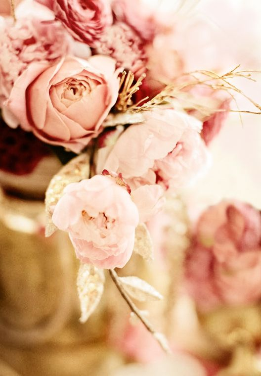 Few flowers as feminine and fragrant as peonies. Short-lived, but here so soft in peachy rose colors in a base of gold.