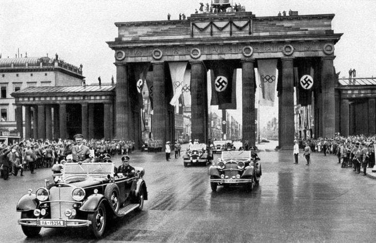 Adolf Hitler am Brandenburger Tor fuer die Olympische Spiele 1936