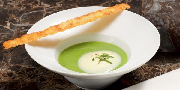 BEREIDING 1. Verhit de olijfolie en fruit de ui en de knoflook glazig. Voeg de bouillon toe en breng aan de kook. Doe de doperwten erbij en laat 5 m...