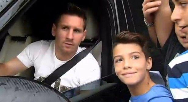 La emoción de un pequeño por sacarse una foto con Messi