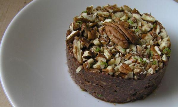 Rýchly RAW koláč - Nestihli ste upiecť koláč? Nevadí, tento dezert je hotový za 5 minút. Nepečený a dokonca v surovom stave. Teda plný vitamínov a stopových prvkov ako železo, horčík, vápnik, vitamín C a pod..koláčik, kde za päť minút dostanete nielen neskutočný pôžitok, ale i zdravie v živej pochúťke. Samozrejme za predpokladu, že máte doma všetky ingrediencie. U nás doma sa sem- tam objaví nečakaná, ale milá návšteva. Vám sa to zrejme tiež stáva. A ako správny hostiteľ, či hostiteľka by…