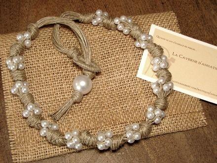 """Collier """"Noces champêtres"""", création unique et artisanale jouant sur le contraste entre la rusticité du lin noué et la lumière des perles nacrées. Il mesure 49 cm. Il est - 14773871"""