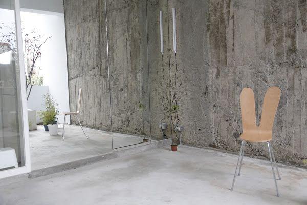 這裡其實藏著洗手間,特地選用鏡面材質作為外觀,藉此反射出陽台的植物和景象,陽光灑下時簡直美呆了。我很喜歡這種讓空間有更多層次感的設計。