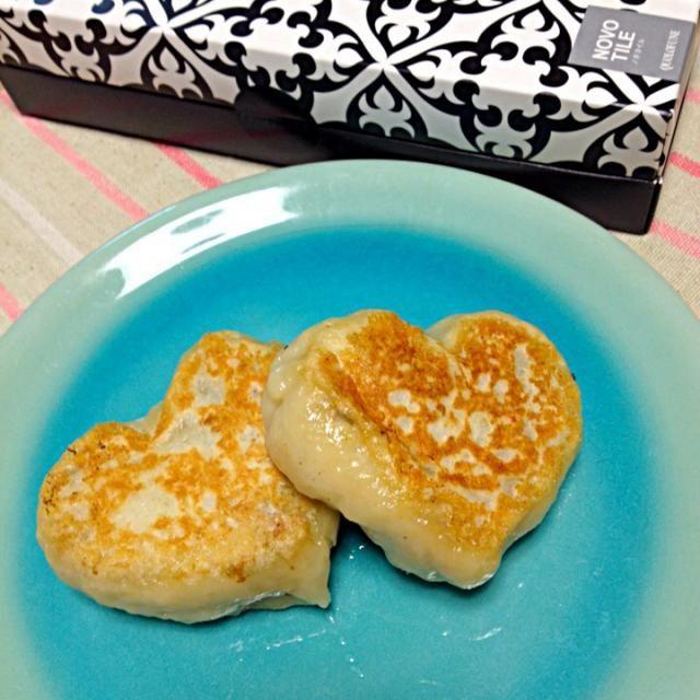 ランランちゃんが作ってたおやきを見て、naoさんのレシピを見せていただきました!お二人、ありがとうございました♡  夫が、おやき食べてみたいねんなぁって言ってたので、バレンタインらしくハート型でおやきを作ってみました♡  …と思ったら、今日も飲んで帰るそうな。とりあえず、自分で二個ほど食べたわ〜! - 146件のもぐもぐ - naoさんの料理 そば粉入りおやき…そば粉入れてなくてごめんなさいね!あなたが食べたいと言ったから、今日はおやき記念日(笑) by saganecchi