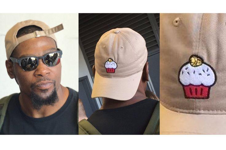 Kevin Durant llevaba un cupcake sombrero a una organización benéfica juego de softball y el receso de temporada de la NBA es perfecto