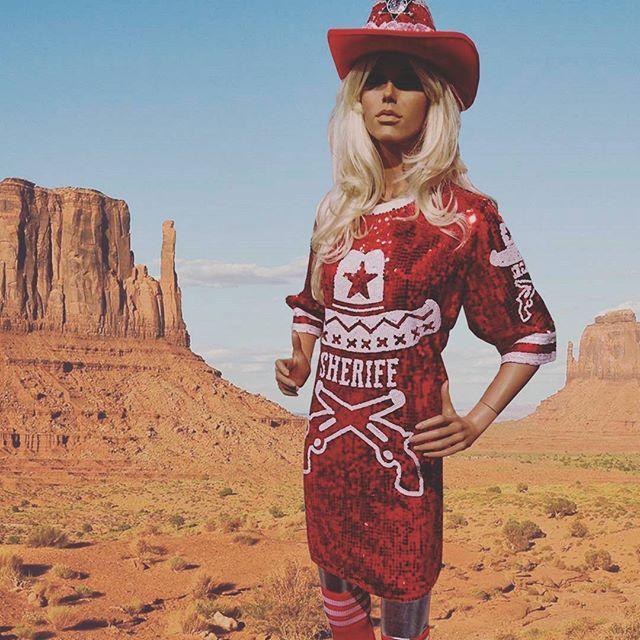 #nieuw! Speciaal voor de #toppersinconcert hebben we een nieuw prachtig one size glitter country red jurk in #WildWest stijl. Met deze sexy glitter country red jurk ben jij de #Sheriff in town! .  .  #country #glitter #mei #ootd #picoftheday #feest #pwhoofs #western #cowboys #cowgirls #webshop #toppers