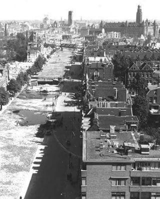 De bijna gedempte Schie en Schiekade na het bombardement van mei 1940. De fotograaf is Hendrik Ferdinand Grimeyer en de foto komt uit het Stadsarchief Rotterdam